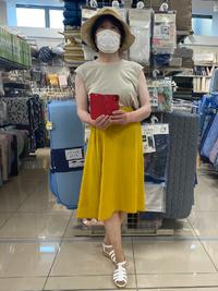 女装する方に質問です。 先日、女装した姿(スカートとノースリーブ)で スーパーで、買い物をしていた時のことです。 元々、あたし自身が、冷え性体質ではあるのですが、あまりの涼しさ(寒さ?)に、思わず、 持っていた、薄手のカーディガンを羽織ってしまいました。 B面での服装では、それ程、感じた事はなかったのに。 皆さんは、そんな経験はありますか?
