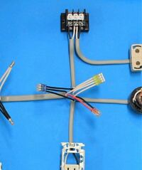第二種電気工事士の実技について質問なのですが、 L1の黒は右側に付いていても問題はないのでしょう?
