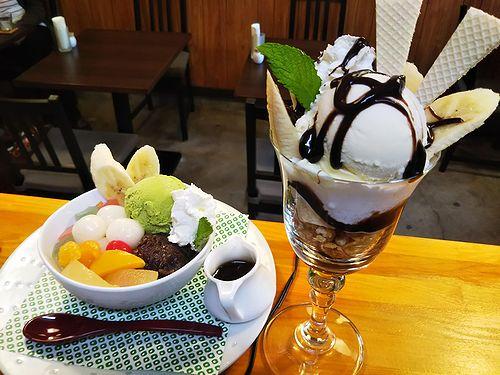 白玉クリームあんみつとチョコバナナパフェ、どっちが食べたいですか?