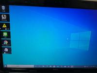 Windows10です。このアイコンの周りの黒いのってなんなんですかね。マウスカーソルでアイコンに触れただけで黒くなっていきました