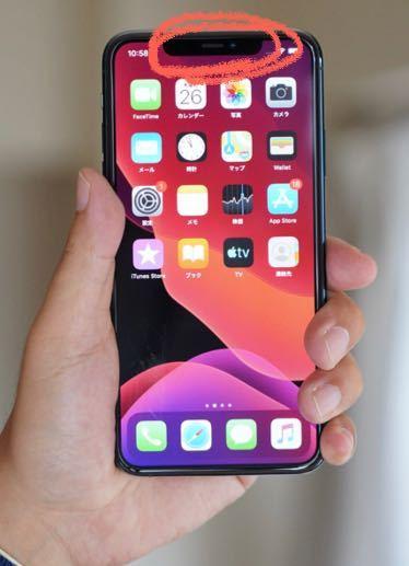 iPhone11を使用しています。 写真のiPhoneのピンクで囲った部分を指で隠すと画面外真っ暗になります。しかし指を話すと通常画面に戻ります。 これはラインで通話している時に良く起こる現象です。 壊れているのでしょうか。それともこれか普通なのでしょうか。 もし設定等で変更出来る場合やり方を教えていただきたいです。 よろしくお願い致します。