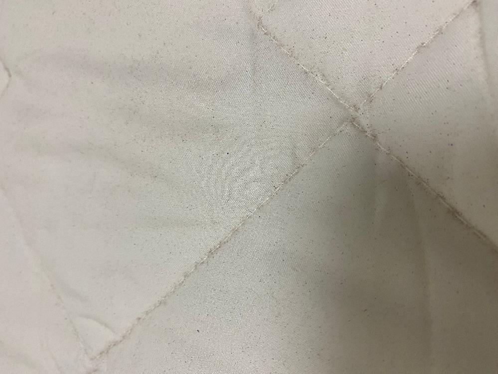 寝具について。 敷布団のシーツをはずすと、下の布団に細かい砂のようなものが落ちています。 これは何が原因なのでしょうか?