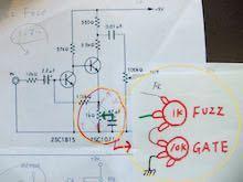ファズ博士の方、、!FUZZ FACEのゲート回路、バイアスについて教えてください。 https://www.google.com/amp/s/gamp.ameblo.jp/ikisugi-diy/entry-12131784203.html 上記のブログに載っているFUZZ FACEのゲート改造を試してみて、一気にmaestroのようなブチブチ音になり大変感動しました。 恥ずかしながら電気的な知識が乏しいのでお伺いしたいのですが、これは回路的に何をしているのでしょうか?アースとFUZZツマミの間に抵抗=流れる電流.電圧が減る(?)=切れかけ電池のようなぶちぶち音になると勝手に解釈したのですが、、、 また時々気の利いたファズについているバイアスつまみというのは、あくまで2個のトランジスタ間の電圧?を、調整するものであり、このゲートツマミとは全く別のものという解釈でよろしいでしょうか? この理屈がわかれば、他のファズや歪みもブチブチにして遊んでみたいと妄想しています。 叱咤激励、ご鞭撻のほどどうぞ宜しくお願いします。