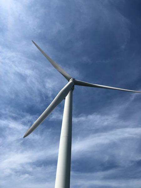 大型発電風車を間近で見たことありますかな? 回転する羽根の先に棒を取り付けて掴み、ギュゥーンと空をまわる事を想像すると、そのオソロシさにキンタマが縮み上がりながらもワクワクします。 このようなアトラクションをかねた発電風車を作ることは可能かなぁ無理かなぁ。