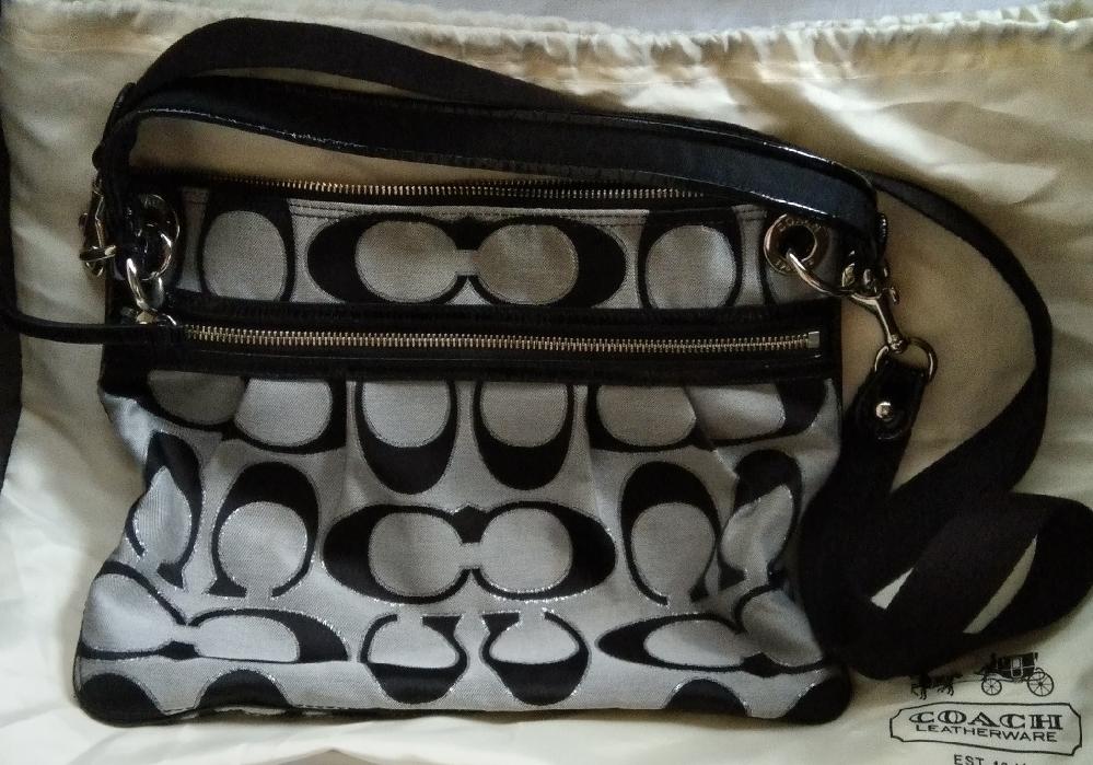 クローゼットから出てきたコーチのバッグです。 正規品です。 お値段安いですか?