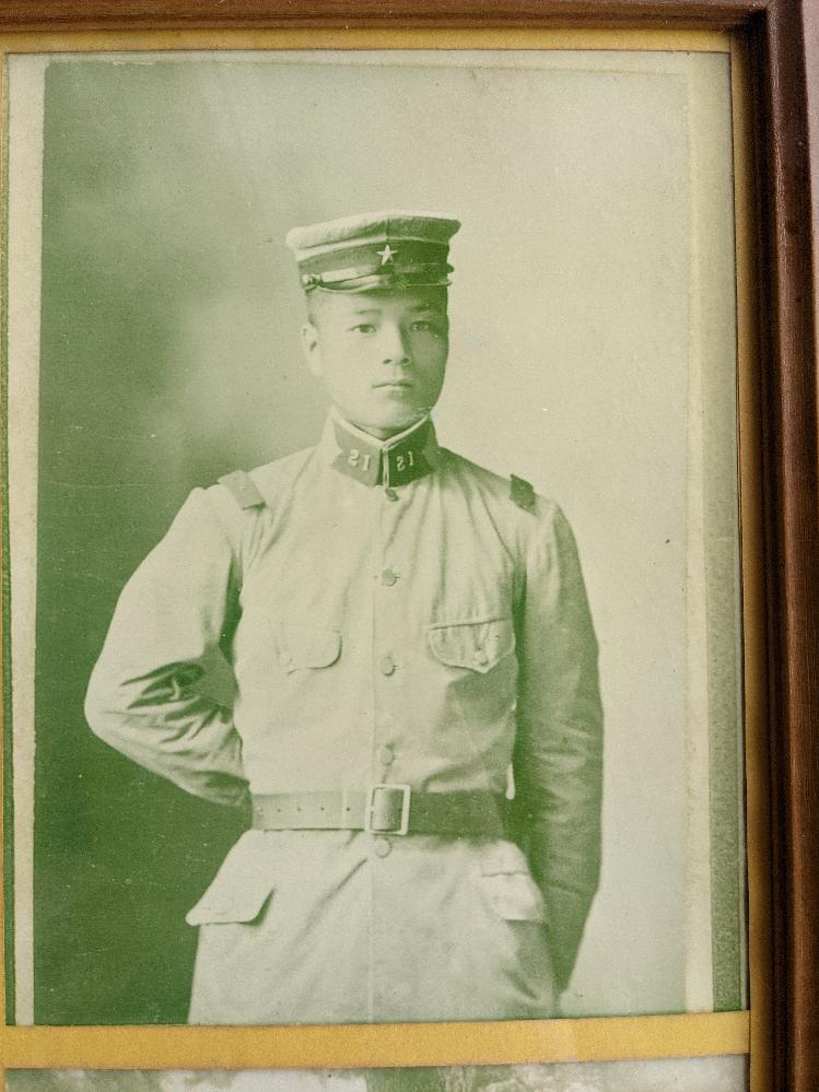 私の曽祖父のことについてご質問です。 曽祖父の遺影に使われている写真は明治41年7月17日、曽祖父14歳時に撮影されたものだそうです。出身地は島根県邑南町なので、襟の番号から浜田にあった歩兵第21連隊に所属していたのではないかと推測しているのですが、当時14歳で軍役につくことはあったのでしょうか? ちなみに農家の家系です。 家に何も資料がないので、少しでも分かる事を調べております。 分かる方がいらっしゃいましたら、どうぞ宜しくお願い致します。