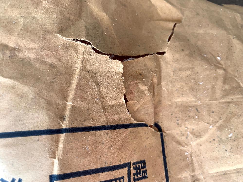 悪い評価を付けても良いでしょうか? フリマアプリで砂糖を30㎏購入しました。 米袋みたいな茶色の袋に入っていまして、更にその上からビニール袋を被せてありました。 お砂糖はそのまま入っていまして、小分けにする為に茶色の袋を開けて作業をしていたところ、茶色の袋の一部が破れて砂糖がこぼれていることに気付きました(画像を見てください)。 ビニール袋に包まれているとはいえ、さすがにこぼれた砂糖は捨てました。 出品者からは茶色の袋が破れていることなど知らされてはいられませんでしたし、ビニール袋には破れがない為に、恐らくビニール袋に入れる前に破れたか、入れた後に何らかの原因で破れたんだと思われます。 こういうのは出品者の不注意として、【悪い】評価を付けても良いでしょうか?