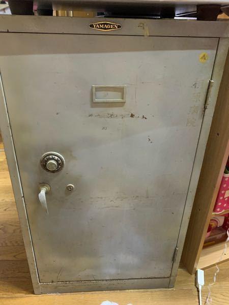 古いロッカーが「鍵&番号紛失」で開けられません。 ドリルを鍵穴に突っ込んで鍵穴破壊して開けるシーンを見たことがあるのですが、その方法で開くのでしょうか。詳しい方おられましたらそれで開く構造上の理由なども解説して頂けるとありがたいです。写真のように鍵とダイヤルの両方がついています。 このロッカー自体は今後「鍵なしドアあり」の収納棚として使えたらと考えていますので、鍵自体の破壊は問題ないですがドアごと破壊して取り外すことはNGと考えています。 鍵110番などに依頼したらいいなどのアドバイスは不要です。