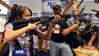 アメリカでは日本刀を所持してもOKですか? 銃が問題ないのですから。  . アメリカは銃社会ですよね、ピストルやライフルなどが家庭にあって、強盗などが来たときはその銃で家族を守る精神のようです。  ということは、日本刀などもアメリカ人の家庭では問題なく所持できるのでしょうか? もっと危険な銃がOKなのですから。 日本では特別な許可をもらわないと銃刀法違反になってしまいますが。  アメリカでは...
