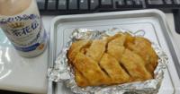 夜食のアップルパイ。 皆さんは夜食に食べるなら甘いもの?しょっぱいもの? とりあえず今の気分で答えて貰えれば(*゚▽゚)ノ
