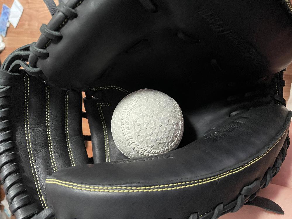 キャッチャーマットのポケットの位置とかを画像のイメージで前回の質問からさらにグローブ型付け用のハンマーで叩いてポケットを深くしました。 自分の場合は最近キャッチャーやり出した素人の為盗塁刺すとかうんぬんよりボールを取ることを優先したのですがやはりいい音は鳴らすべきなのでしょうか?
