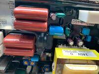 ノーザンライツの古い船の発電機です。去年電圧が20Vしか上がらなくなり、調べた結果AVRが壊れていたので、交換しました。 それで一年ほどで、再び電圧が上がらなくなり高価なものなので他に原因がないか手探りです。 前回故障を特定した時に、直流の12Vを端子に入れて電圧が70Vくらい上がればということでAVR故障確定となりました 今回も同じように調べたいのですが、どの端子にどうして接続したかわすれ...