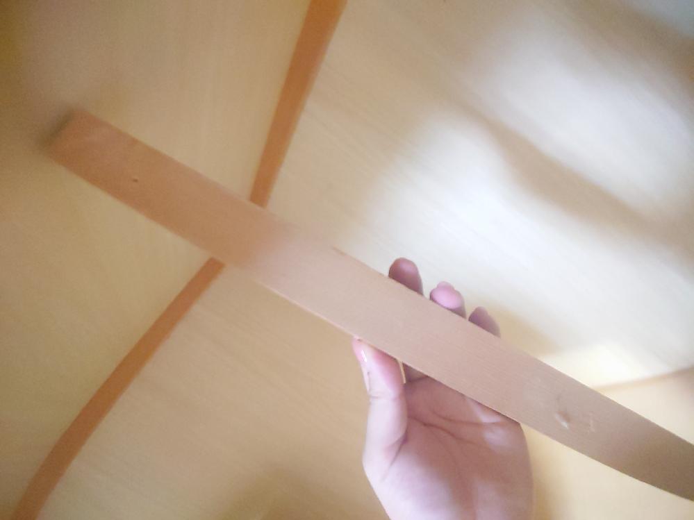 写真添付で再度質問します。よろしくお願いします。 押し入れ中段の根太が外れてしまいました。 いつのまにか、1本だけはずれて落ちていました。 外れた根太と中段の板のどちらにもぐちゃっと折れた釘が残っています。 布団以外に物を載せないからか、現在問題はありませんが気になるので取り付け直したいです。 残った釘をバールで抜いて、外れた根太を再度付け直しする際、また同じような長い釘でとめるのがベターでしょうか? 外れたものを再利用して大丈夫なのかどうかも全く分からない素人でして・・・ご教授いただければ幸いです。