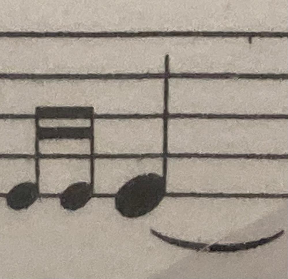 サスシン(Sus.Cym.・Suspended Cymbal)の装飾音についての質問です。 画像のようになっているものはどのように叩けばいいのですか? マレットですか?スティックですか?
