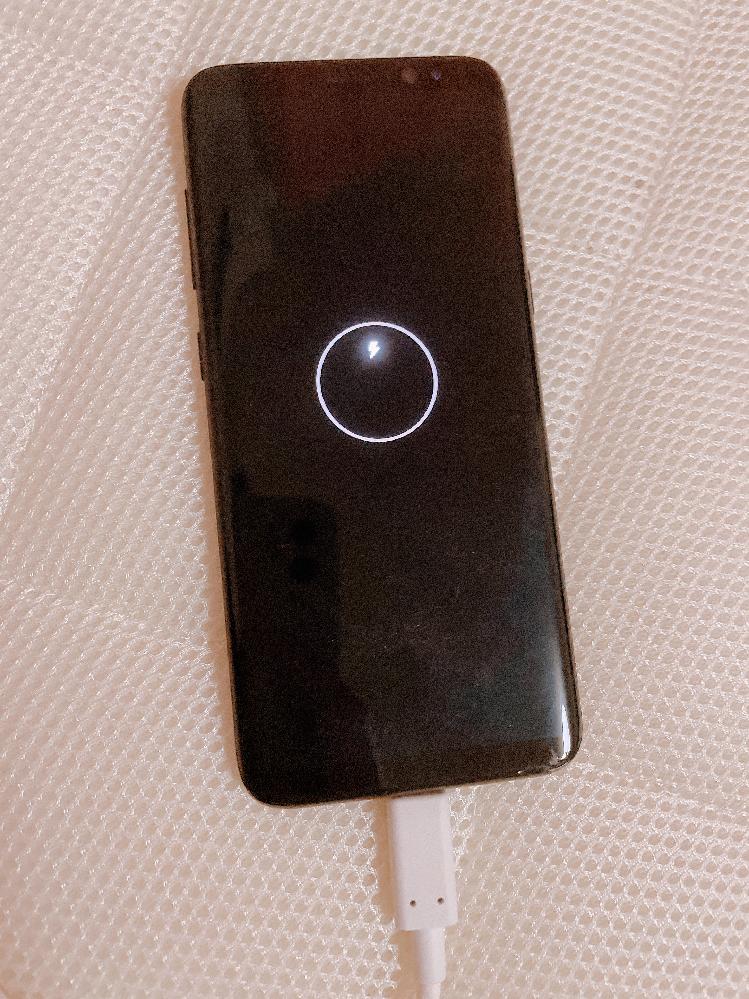 助けてください… 充電1%で電源入れて写真のアルバム見てたら 急に電源が切れてまた充電して電源入れようとしたらつかなくて10分くらい放置してもつきません( ; ; )機種はGALAXYs8です ...