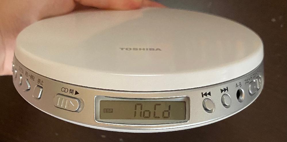 東芝のCDプレーヤーがつきません。電池を替え、スイッチもついています。何が問題か分かりますか?