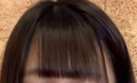 今中学生なのですが、画像のような前髪(分けてる前髪)で行ったら変に思われますか?みんな前髪全部ある(?)ので浮いてしまいそうで嫌です。 あと、画像のように前髪をサラサラにするにはどうすればいいですか! 回答お願いしますm(*_ _)m