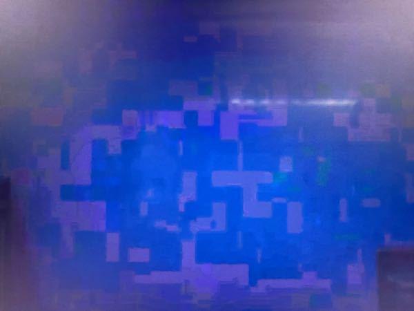 テレビによくこういうブロックノイズ???的なものが映るのですがなんなんでしょう? ゲームなどをしてる時は見られないのですが、よく映画やアニメなんかを見ているとなります。 特に暗いシーンの時はほぼ常にこうなります。 使っているテレビはPanasonicのTH-43HX850で、再生してるのは1080pのものです。 なにか原因や改善方法あれば教えてください、お願いします。