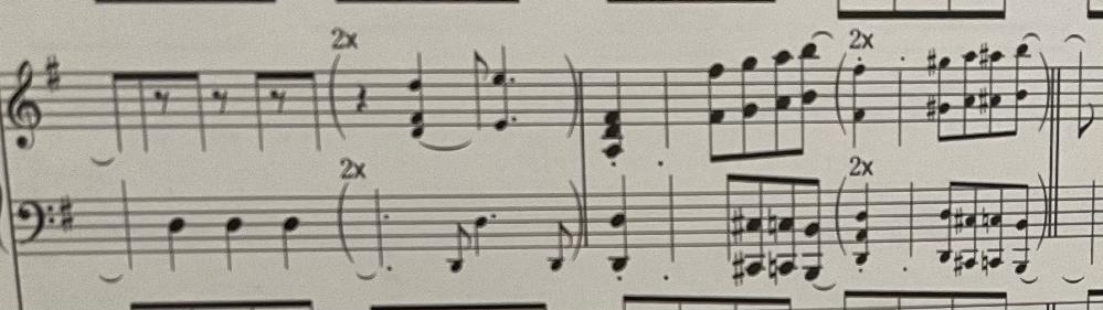 バンドスコアのピアノなんですが、(×2)と書いてあるのは弾かなくてもいいものですか?