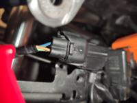 カワサキのNINJA250ヘッドライトのカプラーが抜けなくて困っています これどこを押せば抜けますか?