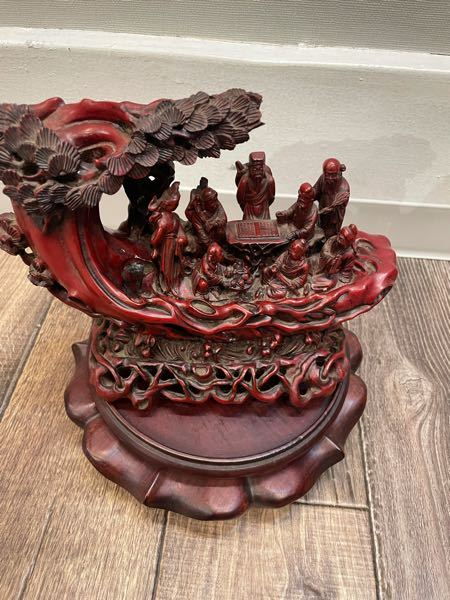 祖父の家にあった置物なんですが、これは中国の置物でしょうか? また木の素材は花梨でしょうか?紫檀でしょうか? こういった置物の種類の名前があるのであれば教えてください。