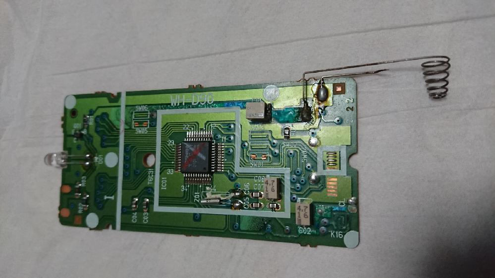 エアコンのリモコンが故障してしまったのですが、どうしたら直せるでしょうか? 分解して取り出した基盤がこれです。