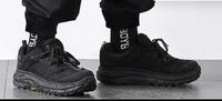 この黒いシューズ、スニーカーの商品名を教えてください。