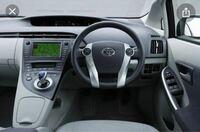 30系プリウスの、モーターがある場所の膨らみってめっちゃダサくないですか? 運転席と助手席の間の部分です。
