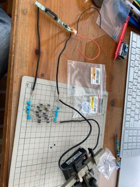 コッククロフトウォルトン回路を作成したのですが逆に出力が降圧してしまいます。この写真の中に不備があるようなら教えていただきたいです。 セラミックコンデンサは2000vdc 1000pf 他は写真の通りです。入力はdc3vのものを冷陰極管コンバータで交流にしたものです。