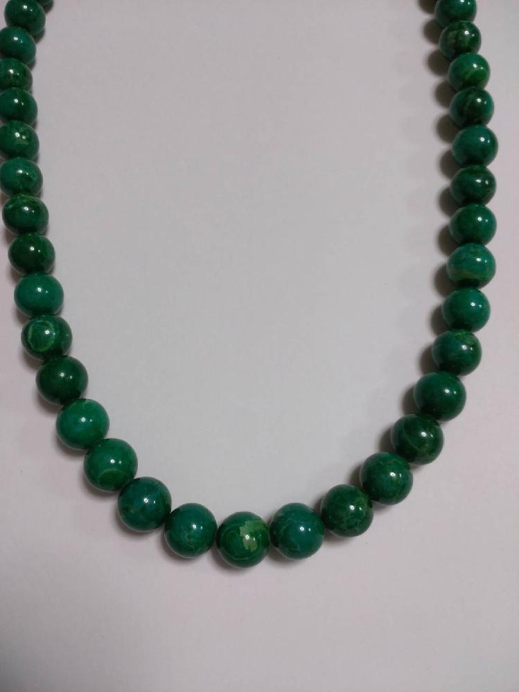 これは何の石でしょうか。 深い緑色で、光にかざしても透けません。