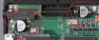 オーディオアンプのコンデンサーについて質問なのですが 下に貼ってあるコンデンサーの表記がわかりません 赤色の丸がされてる表面実装コンデンサーの仕様が知りたいです 宜しくお願いします。