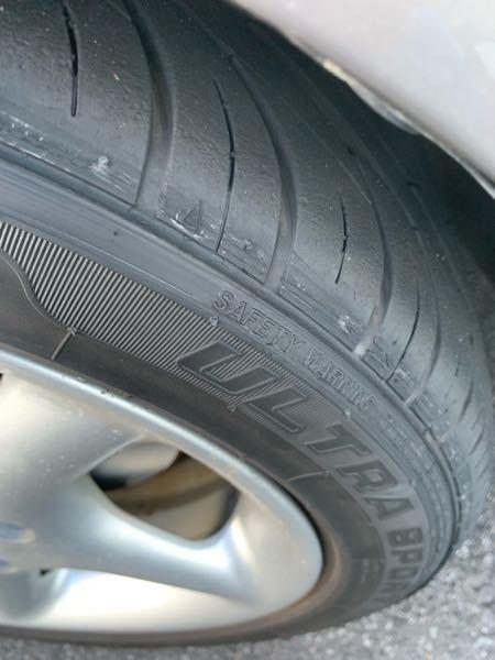 フェンダーとタイヤが干渉してしまっています。 街乗りなら干渉はしないのですが、山とかいくとバンプした時にすごい音で干渉します。 このタイヤの状態、現状でのバースト等の危険性ありますか?? 新品タイヤを買ったのでまだ使いたいですw