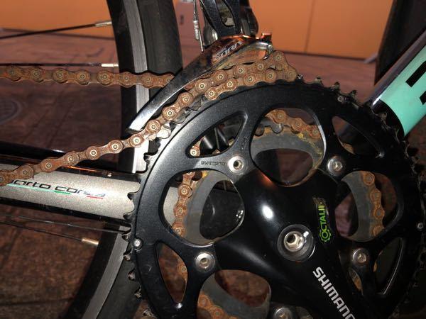 <急募>助けてください!!自転車(ロードバイク)のチェーンがおかしなことになって漕げなくなりました!タイヤは回るので押して歩くことはできるんですが、前にも後ろにも漕げません。どうすれば治りますか?