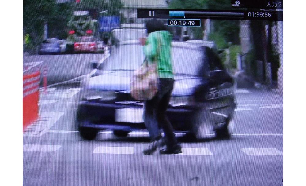 もしこれが ・青信号で横断している歩行者の横で 赤信号無視したウーバーの自転車がバランス崩し転倒した場合 ・信号機のない横断歩道で 横断している歩行者に気づくのがおくれた車同士が追突事故起こした場合 においても歩行者は警察が来るまでいなければいけないのでしょうか? そして歩行者の過失割合は またウーバーの弁当代や車の修理代も出さなければ いけないのでしょうか https://news.yahoo.co.jp/articles/a867c1ff852646aa3a019bc0593ef24644563b2c