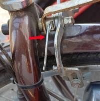 自転車前輪ブレーキ付近のパーツについて 画像矢印で示した根元で一回転した針金のようなパーツはこれで正しいのでしょうか。 両側とも同じ状態ですが、これはブレーキ部分に掛かっている状態が正しいのでしょうか。 ご回答宜しくお願い致します。