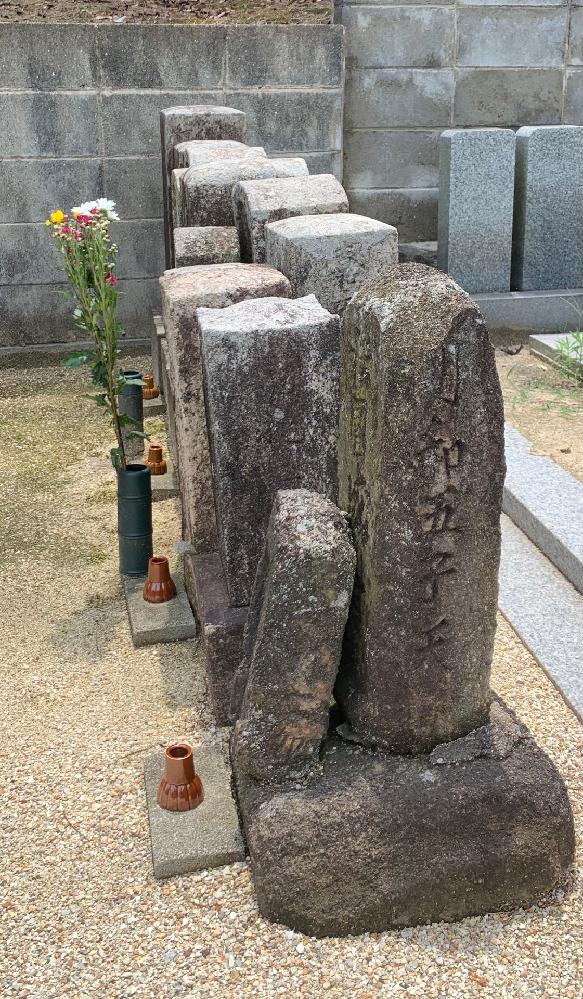江戸時代の墓石について。 実家の墓地に明和五年(1768年没)の墓石があります。 家は代々農民で庄屋や名主でもなく、江戸時代の記録にも全く出てこないです。 庶民でもこの時代から墓石を持つことは可能だったのでしょうか?