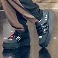 画像が荒くてすいません。 どこのブランドの靴かわかるかたおりましたら教えていただきたいです。
