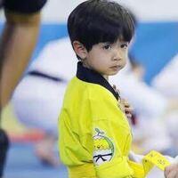 韓国の子役のロウンくんに似てる日本の子役の子が思い出せません-_- 個人的にこの写真の画角が1番似てると思うんですけど、、、似てないと思った方すいません
