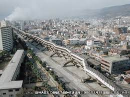 読売新聞 阪神大震災で家を失うなどして神戸市内の避難所で暮らしている人のうち、中高年の5人が死亡していることが、1日わかった。被災のショックや環境の変化から体調を崩したとみられる。 過労や心労などから救急病院に運ばれ入院している人も100人を超えており、現場で救護活動を続けている医師らは「発生から2週間が過ぎて、病人や高齢者にとって避難所生活は限界近くになっている」と指摘している。 県などのまとめでは、県内で避難所にいるのは現在約27万人。ほとんどが学校の体育館や教室、集会所で、不自由な集団生活を送っている。内臓疾患で通院していた病院が倒壊したり、薬が切れたりして症状が悪化し、病院に運ばれるケースも多い。 家族4人で近くの小学校に避難していた中央区内の会社員の男性(62)が先月25日夕、勤めから帰宅途中に脳こうそくを起こして倒れ、病院に運ばれたが、死亡した。4年前に心臓の手術を受け、高血圧と糖尿にも悩んでいたが、震災で体調を崩し、「疲れた」と家族に訴えていた。 同じ日の夜、兵庫区内の避難所でも老女(87)が死亡した。息子夫婦らと5人暮らしだったが、2年前に改築した全焼。 また、中央区内の避難所では26日、老夫婦が風邪による発熱で倒れ、妻(81)が翌日死亡、夫も意識障害を起こしている。家が全焼し、兵庫区内の避難所でテント生活を送っていた男性(55)も、26日未明に、突然「胸が痛い」と苦しみ、病院で亡くなった。 このほか、須磨区内でも、男性(65)が心不全で死亡。 被災者がこうした形で亡くなったケースはほかにも相当あるとみられ、避難所で救護活動をしている東京都内の公立昭和病院チームの岡田晋吾医師(35)は「お年寄りなど弱い人から体調を崩している。不眠や記憶喪失などの症状を訴える人も出ている」と話している。 なぜ体調を崩す人がいるの❓