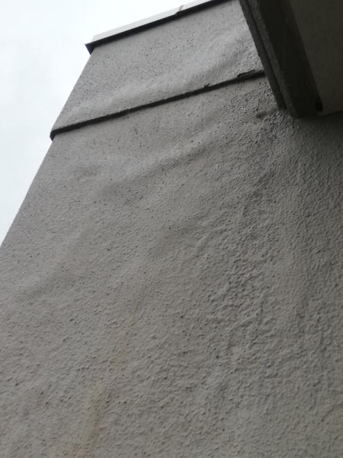 15階建のマンションの15階に住んでいます。雨の量にもよりますが、ベランダの柱部分に水が溜まります。放っておいても大丈夫でしょうか?屋上に近い外壁にも筋が通った様に水が溜まっている様にも見えます。2年前に 屋上全面防水工事をしています。