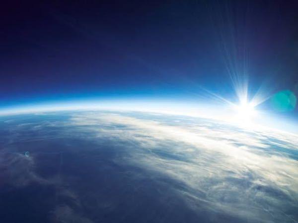 写真の地球の周りにある淡青色のものがオゾンですか?