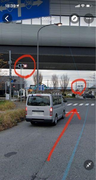 この道は手前が青信号になった場合に、進めるのでしょうか?それとも奥の信号機が青になった場合に進行できるのでしょうか?