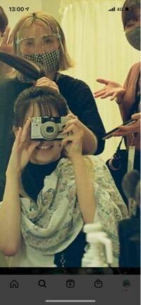 この、YOASOBIの幾田りらちゃんが使っているカメラの機種を教えてください。 フィルムカメラだと思うのですが、、、