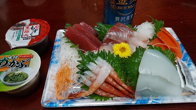 今日の晩飯 スーパーの刺身もうまいよね。 皆さんなんのお刺身が好きですか?
