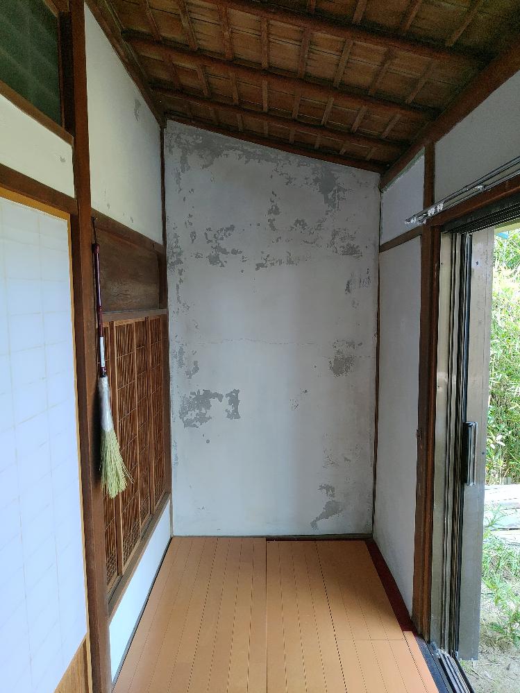 写真の古民家の壁を補修したいのですが、ひび割れをパテ埋めして、上から白色塗装しようと思いますが問題ないでしょうか。 写真の現状の壁は何でしょうか、漆喰壁だとおもっていましたが、白い部分が剝がれているので、土壁の上にモルタル塗り+白い塗装でしょうか。