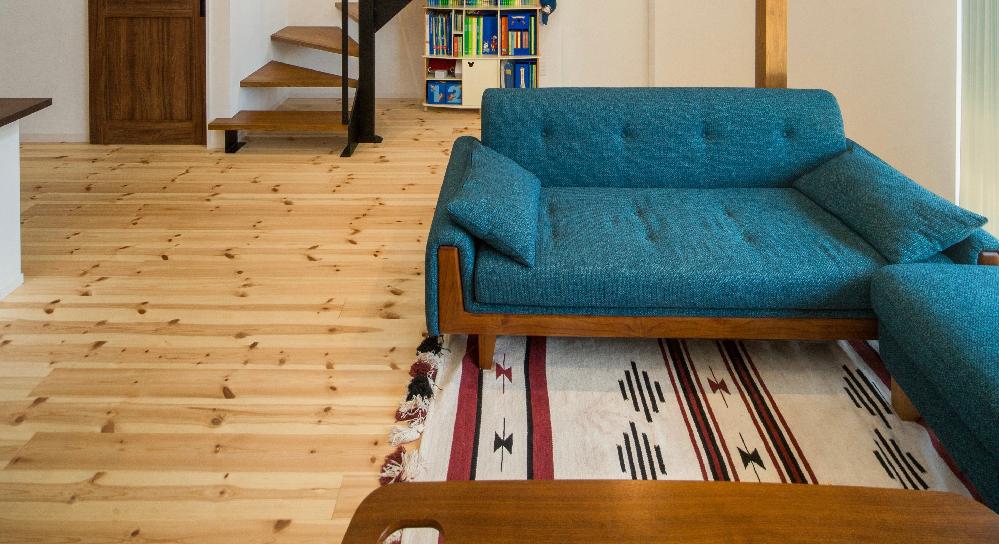 この画像のソファはどちらのブランドのものか分かりますか? 新居に是非このソファを置きたいので、 わかる方是非教えて欲しいです。