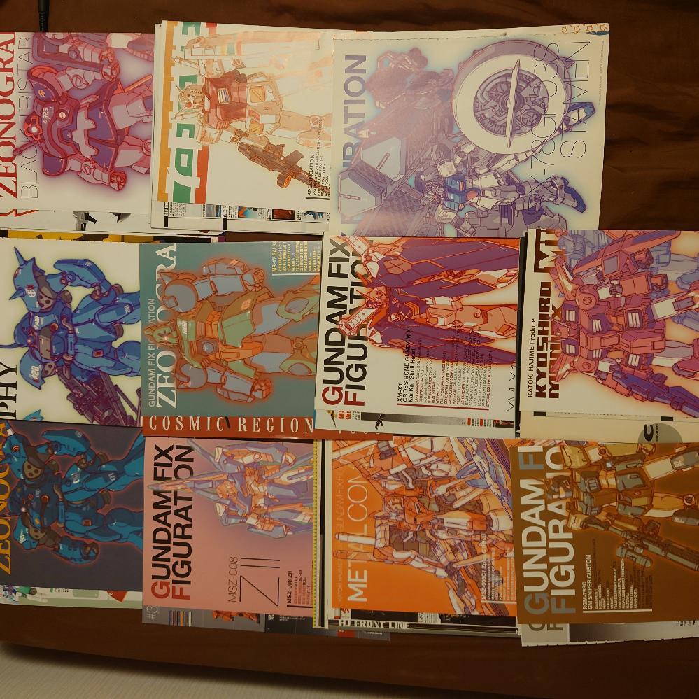 長文失礼します。前回ホビージャパンのカトキハジメのピンナップを収集したいと思い質問をさせて頂き、2004年8月号から収録されていると教えて頂き集め始めました。 ちょうどヤフオクでピンナップだけの出品などもあり、一気に50枚くらい集める事ができました。ただそのピンナップが何月号の物かピンナップ見ただけではまったくわからなく…自力でフリマサイトの画像やホビージャパンなどのアーカイブ、各種サイトなどを参考に各号がどのようなピンナップが収録されているか調べたのですが、2010年からと、それ以前のを少し調べて140個くらいはどんなピンナップか調べたのですが、主に2004年、2005年、2006年、2007年、2009年がほぼわかりませんでした…どこか参考になるサイトなどがあれば教えて頂きたいです。 ちなみに画像の11枚は何年の何月号か不明のままなので、それだけでもわかれば助かります。