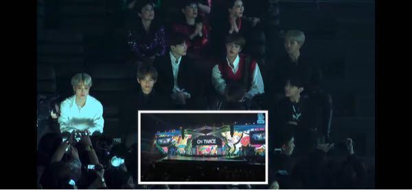 YouTubeのおすすめになぜか出てきて見てた中で気になったことで。 twiceの歌唱中のbtsの反応を見る(?)みたいな趣旨の動画だと思うんですけど、写真左下の人達ってbtsのファンですか? 座ってtwiceの歌唱を見てる姿を、ファンの方たちがカメラむけてるのかなと思ってびっくりしちゃって笑 韓国についてはなんも分からないんですけど、韓国のライブはこういうのありなのかなと思って少し気になりましてm(_ _)m