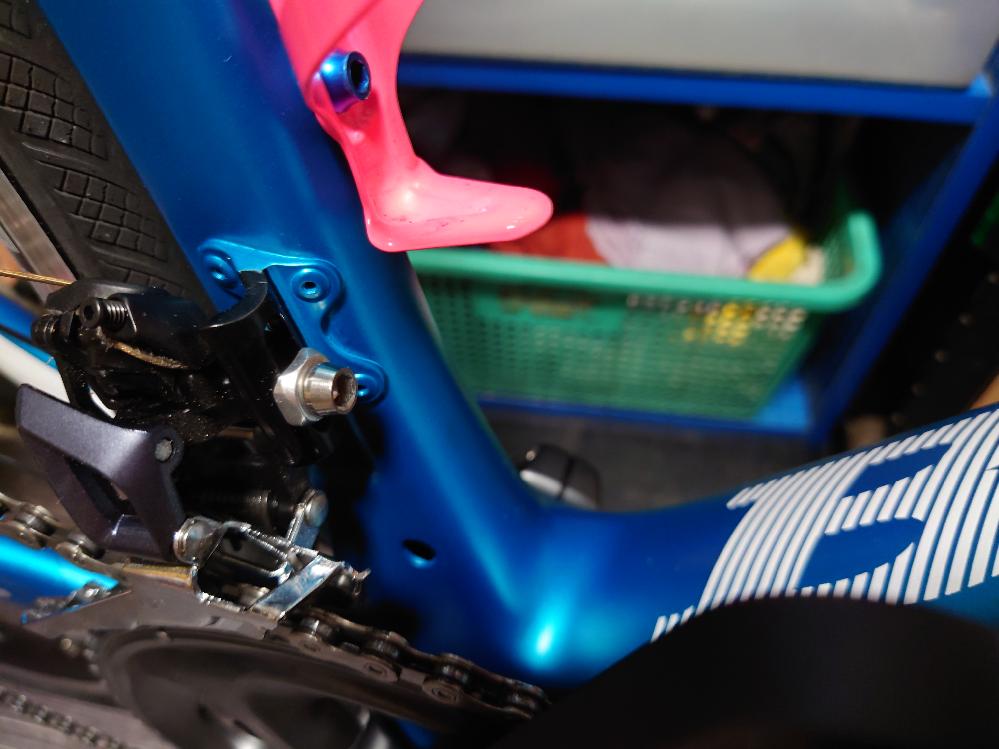 ロードバイクのクランク付近に穴が空いているのですが、何用の穴なのでしょうか? また、空いたままの状態でも問題なのでしょうか? 以上、よろしくおねがいします。
