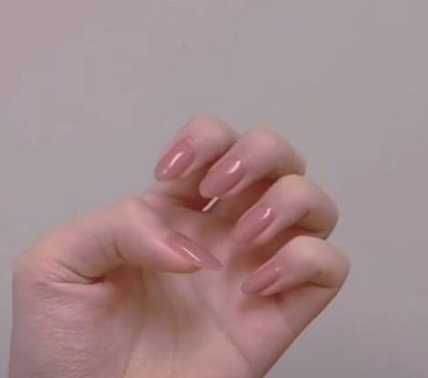 こういう爪って生まれつきですか? それとも何かつけてるんですかね?